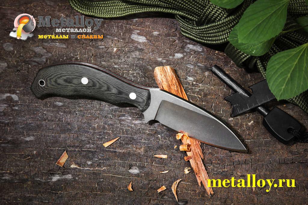 Охотничий нож на земле