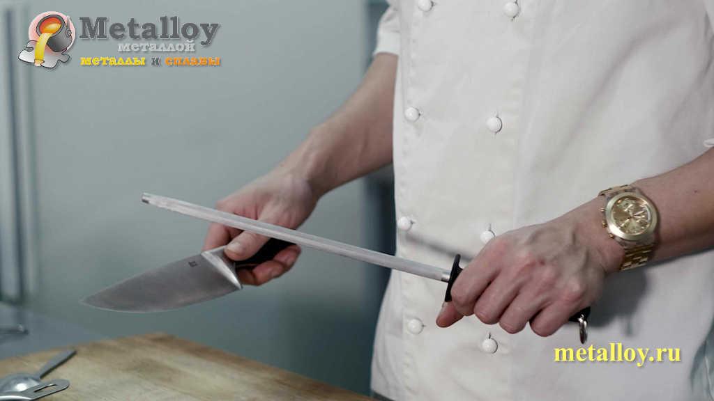 Мастер точит нож мусатом
